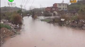 梅州:雨水倒灌 出行道路被浸