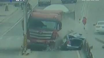 东莞:小车与泥头车相撞 场面惊心动魄