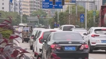 从化:男子驾驶套牌车 遇查冲卡被警方控制