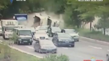 深圳:泥头车侧翻压扁小车 群众徒手挖沙合力救人
