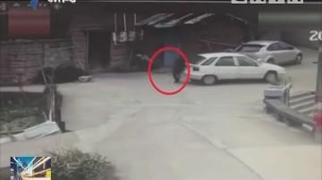 安全提醒:男子停车没拉手刹 竟以身挡车