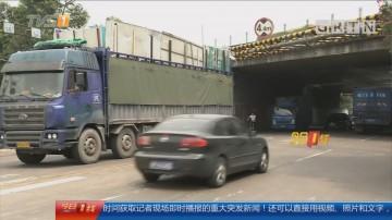 佛山南海:货车途经限高架 货物掉落砸伤路人