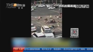 四川成都:越野车闹市逆行撞3人 街坊抬车救人