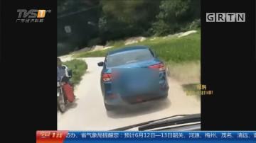 肇庆怀集:病人休克 救护车却被奇葩小车阻挡