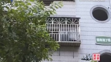 深圳:2岁女童被卡防盗网 街坊托举救援