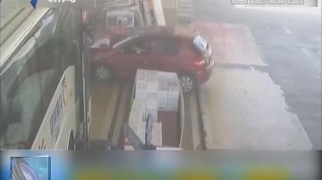 湖南长沙:轿车失控撞倒加油机 引发大火