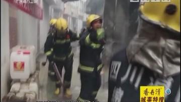 多个煤气罐燃烧 消防员徒手拎走