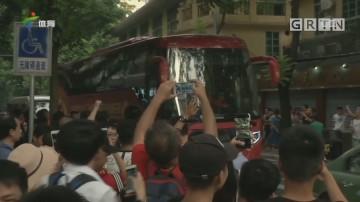 记者连线:中超广州德比大战现场情况