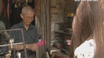 """乐享生活:广州荔湾修伞达人 老伯老街""""医""""伞40载"""