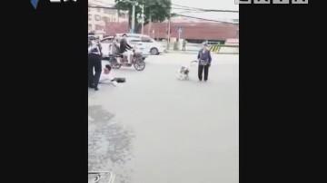 番禺:男子伸脚绊倒摩托车 驾驶员倒地不起