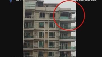 广州:大块玻璃从22楼掉落 幸无人员伤亡