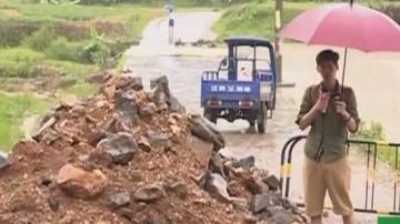 韶关:道路坍塌 村民冒险踩水管通过