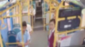 """(DV现场)男子公交车上外放音乐 乘务员?#30333;?#36973;""""回旋踢"""""""