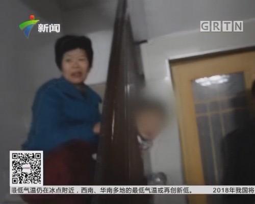 惠州惠东:调皮男童头卡扶梯 消防迅速解救