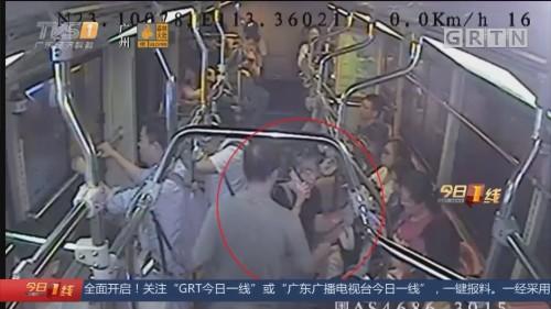 广州:公交车上拥挤闹误会 司机报警协调