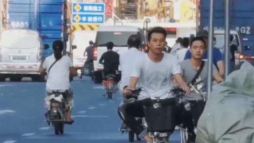 广州批发市场周边交通乱象调查 中大布匹市场:五类车左右穿插争道