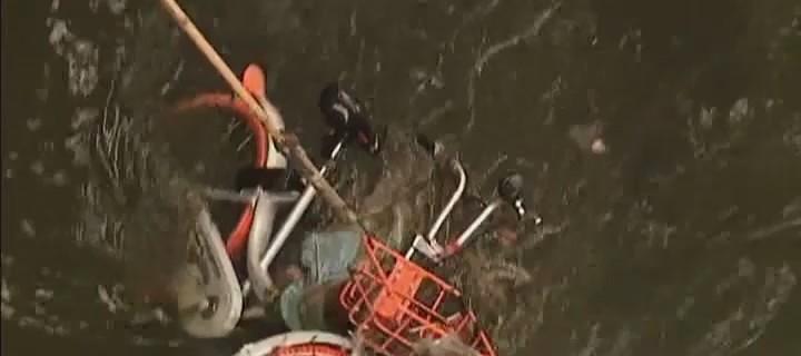 广州:康乐涌打捞出9辆共享单车 谁扔的?
