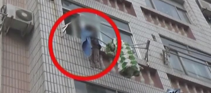 命悬一线!女童挂上3楼晾衣绳
