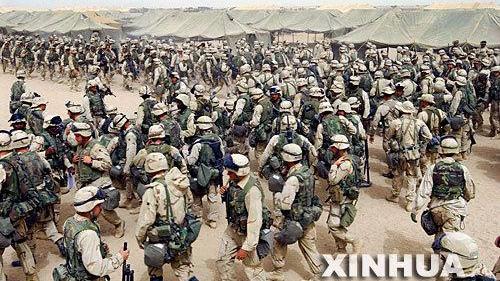 2003年3月20日,科威特北部的美军士兵接到命令,准备穿越科伊边境
