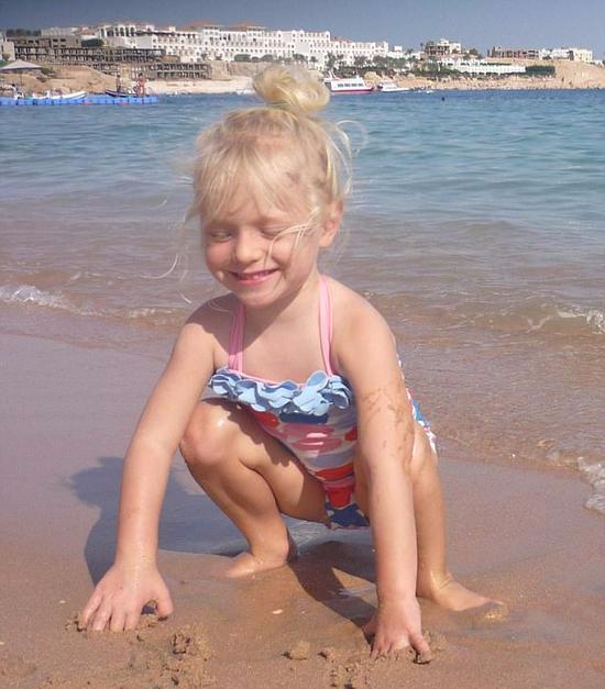 3岁女儿突然离世 母亲不舍与尸体共处11天