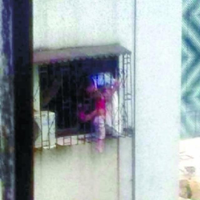 中山男童爬窗找妈妈 头被卡住悬身5楼防盗窗
