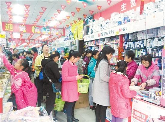 江门开学日文具店销售火爆 塑料包书膜依旧热销