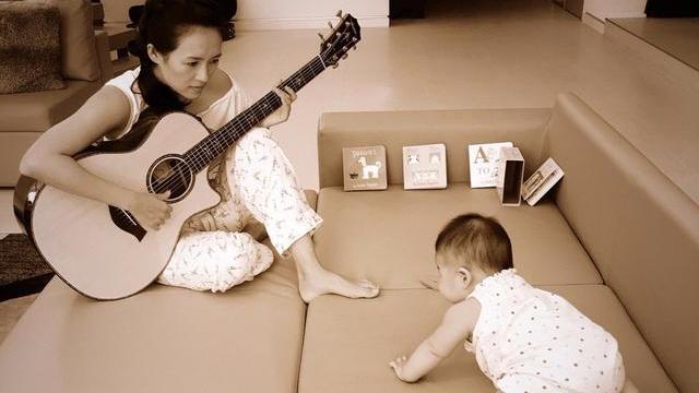 章子怡穿睡衣给醒醒弹吉他 培养下一个汪峰?