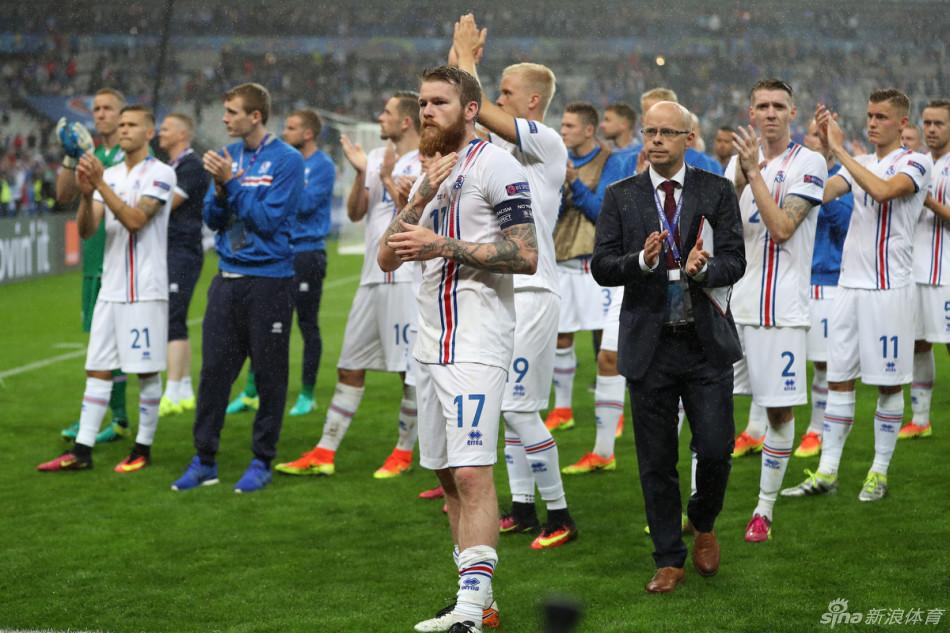 冰岛球员雨中告别球迷