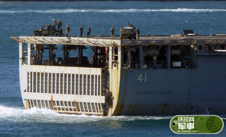 美舰架起重机枪通过土耳其海峡