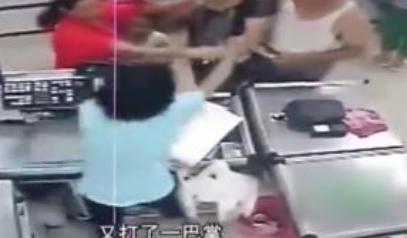 女收银员被打后自杀,现场混乱抢救无效