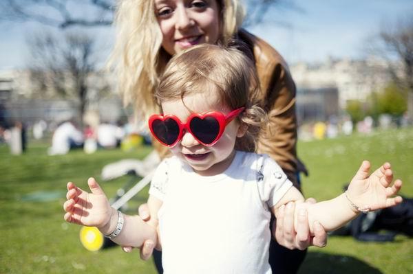 眼科专家说,孩子两三岁的时候就该戴太阳镜出门了
