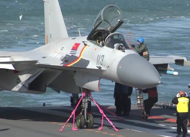一歼15舰载机飞行员4月在陆基模拟着舰训练中牺牲