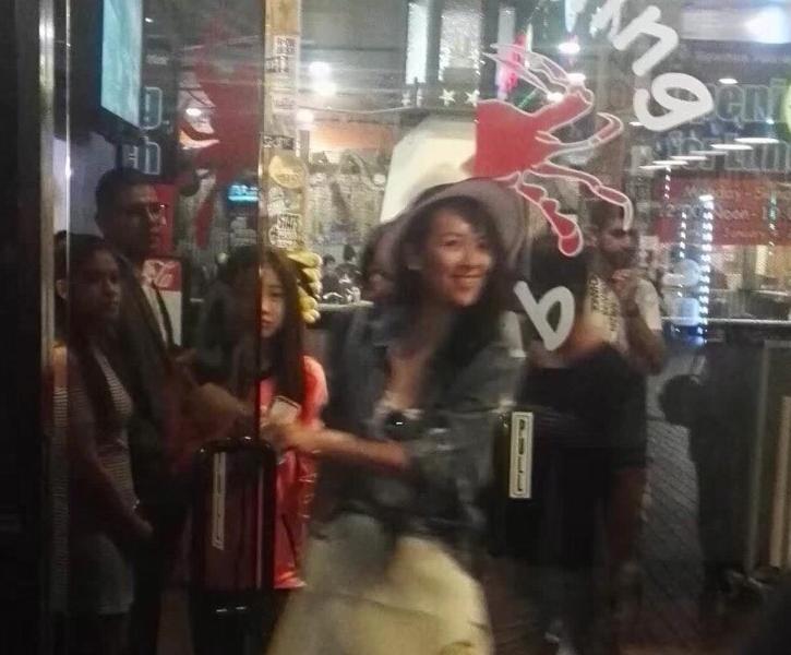 满满都是爱!章子怡被拍带小苹果逛街吃大餐