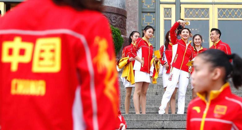 各国奥运服装秀 中国队依旧番茄炒蛋