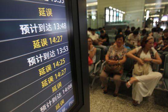 """航班延误""""旅客食宿自理""""规定再引争议 网友:霸王条款"""