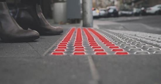 怕你过马路玩手机被撞,德国人发明了低头红绿灯