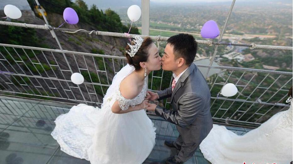 高空玻璃桥举办集体婚礼 上演空中浪漫