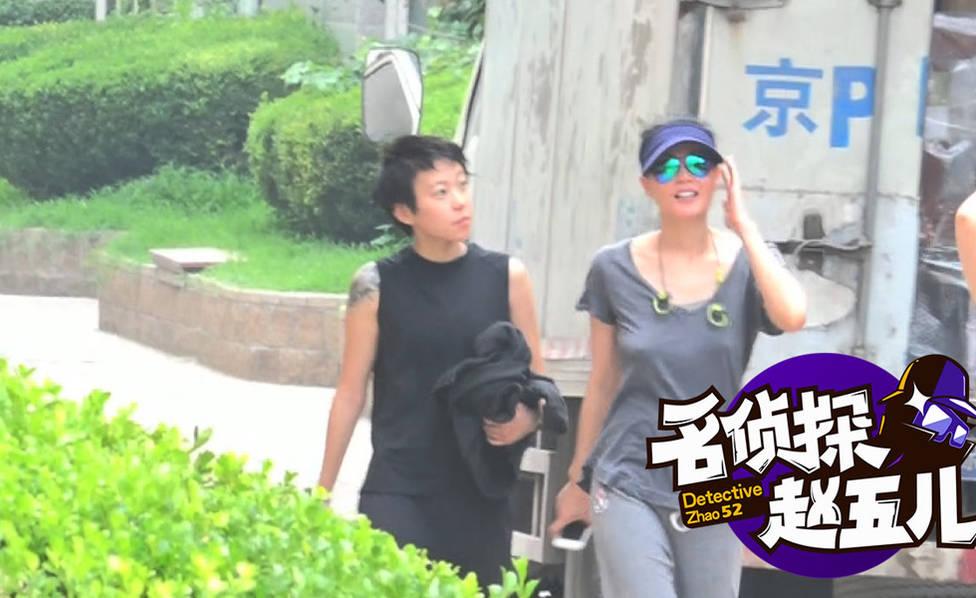 母女有说有笑好温馨!王菲穿简装陪窦靖童散步
