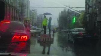 """营口:撑伞""""蓝衣女孩"""",交警要向你当面道谢"""