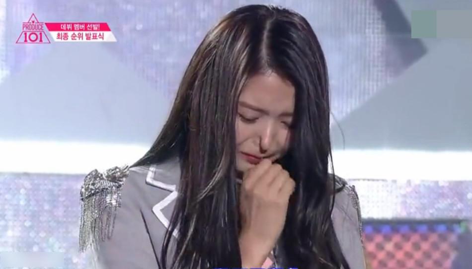 惊呆了!韩女星台上激动抽泣 鼻子当场塌陷