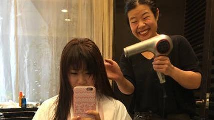 福原爱直播剪头发 发型师搞怪抢镜