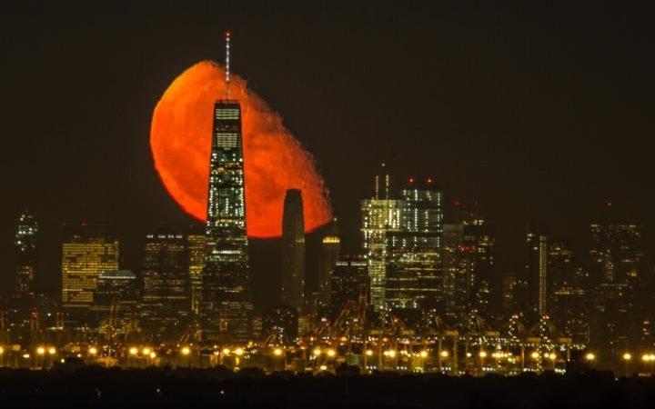 红月惊艳纽约夜空 绝美照片引爆网络
