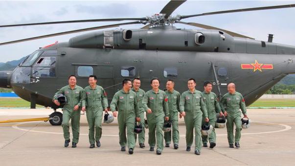 直-10正在进行试飞。 试飞!首飞!武直-10原型机的首飞成功,实现了国产专用武装直升机独立试飞零的突破。从实验样机到装备部队,一款直升机的成熟定型,往往需要数年甚至更久,而这期间发生了什么呢?作为一架新直升机第一个握住操纵杆的人,试飞员告诉你:直升机是设计出来的,更是飞出来的! 这个充满了危险和挑战的职业被称作是:用生命趟雷,在刀尖起舞,和平时期离死神最近的人。那么这群冒着生死调教雏鹰的陆航训鹰人有何过人之处?这个危险而又神秘的职业背后又有哪些不为人知的故事呢?近日,由军委政治工作部