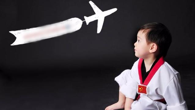蔡国庆7岁儿子真容曝光 清秀可爱长相随爹