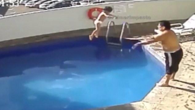 男子把继女扔酒店泳池致溺亡 被判入狱100年