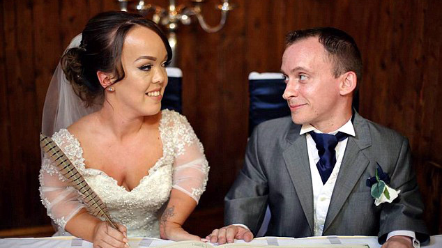 英国袖珍夫妇举行浪漫婚礼 爱子当花童