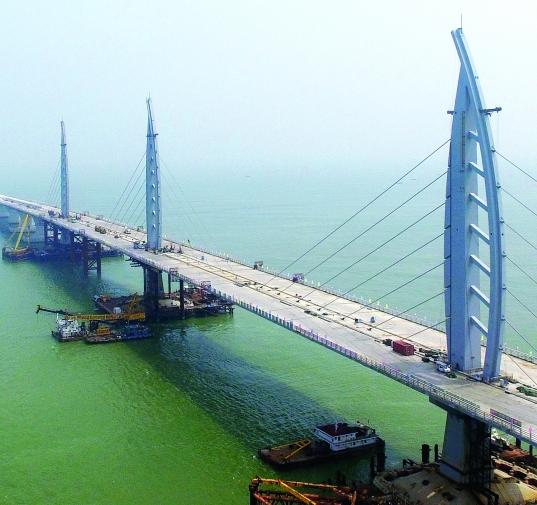 昨日的港珠澳大桥桥面。港珠澳大桥主体桥梁长22 .9公里,设计使用寿命120年,主体桥梁全线拉通,意味着港珠澳大桥主体工程进入收官之战。南方日报供图 南都讯 记者朱鹏景被称为新的世界七大奇迹之一的港珠澳大桥,又有新消息。南都记者昨日获悉,随着最后一条伸缩缝安装完毕,港珠澳大桥长达22 .