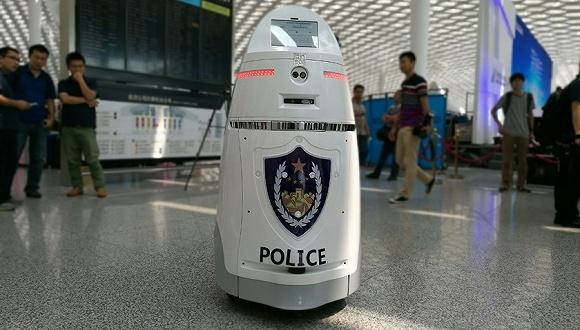 国内首台智能安保机器人上岗:配带电防暴叉