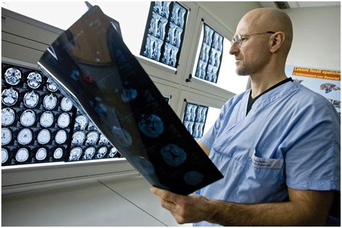 """科学家发明神奇""""胶水"""" 或可用于头部移植手术"""