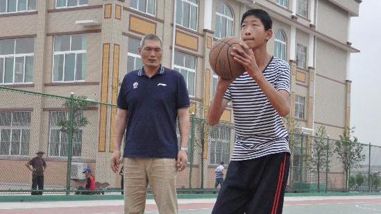 山东14岁少年2米16或成新姚明 已获名宿亲自指导
